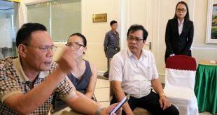 Ông Nguyễn Công Thành (trái ảnh) phản ánh vụ việc trong một lần gặp đại diện Vietravel.