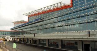 Mặt chính nhà ga Sân bay Vân Đồn có công suất đón khách 2,5 triệu lượt người/ năm đang được các công nhân làm công tác vệ sinh công nghiệp.