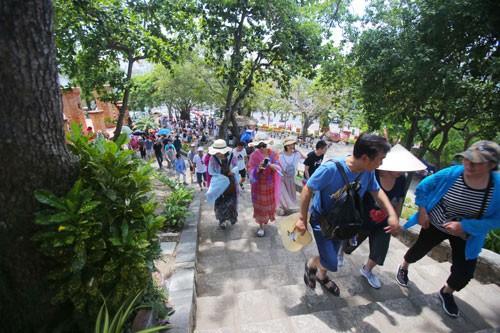 Rất đông du khách tham quan Tháp bà Ponagar Nha Trang.