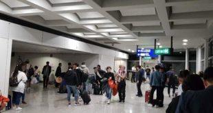 Hành khách trên chuyến bay của Vietjet chờ đợi ở sân bay Hong Kong vào sáng sớm thứ Ba 30/10