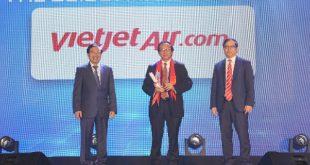Ông Đỗ Xuân Quang (giữa) - Phó tổng giám đốc Vietjet nhận giải thưởng của The Guide Awards 2018.