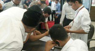 Nhân viên Lion Air tại sân bay Depati Amir ở Pangkal Pinang kiểm tra danh sách hành khách trên chuyến bay JT610.