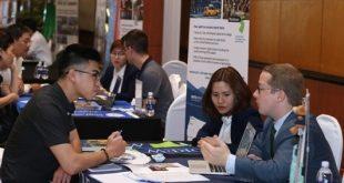 Phụ huynh và các học sinh, sinh viên trò chuyện trực tiếp cùng đại diện trường và giành học bổng tại UIEF 2018.