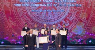 Bà Lê Thị Hà Thanh - Chủ tịch Hội đồng Quản trị VNI đón nhận CUP Thăng Long từ đại diện ban lãnh đạo UBND TP. Hà Nội