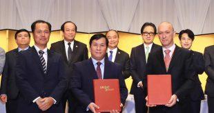 Ông Đinh Việt Phương, Phó tổng giám đốc Vietjet (hàng đầu, giữa) trao đổi văn kiện thoả thuận tài trợ vốn phát triển đội tàu bay với các đối tác Nhật Bản