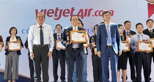 Phó Tổng giám đốc Vietjet Đỗ Xuân Quang nhận giải thưởng.