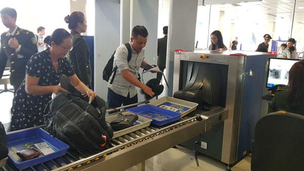 Soi chiếu hành lý xách tay tại CHK quốc tế Tân Sơn Nhất