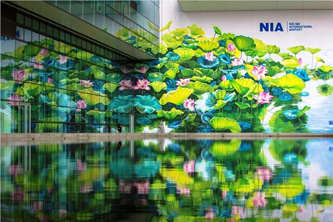 Bức tranh Sen có khổ lớn (24 mét x 17 mét) vừa được hoàn thành tại Nhà ga T2 Nội Bài.