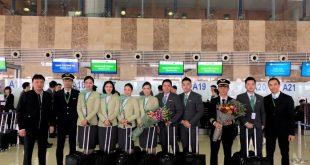Đại diện Cục Hàng không tặng hoa cho Tổ bay của Bamboo Airways ngày bay thử.