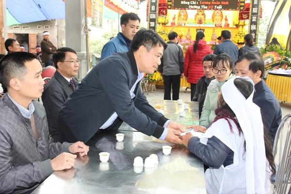 Ông Bùi Hữu Ánh - Phó TGĐ VNI cùng lãnh đạo VNI Thăng Long, VNI Hải Dương trao hỗ trợ bồi thường cho gia đình người thân trong vụ tai nạn giao thông tại Hải Dương.