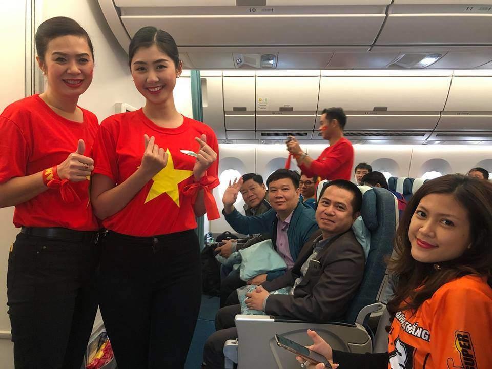 Trong chuyến bay sang Dubai hôm nay, các tiếp viên của hãng hàng không Vietnam Airlines mang trang phục áo dài truyền thống in sao vàng để cổ vũ cho đội tuyển Việt Nam.